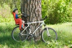 Baby op de fiets stock foto