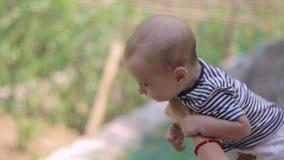 Baby op de moeder hends stock video
