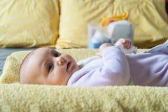 baby op de veranderende lijst stock fotografie