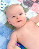 Baby op Dekbed Stock Afbeelding