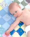 Baby op Dekbed Stock Foto