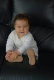 Baby op een bank Stock Afbeelding