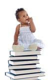 Baby op een boektoren Royalty-vrije Stock Afbeeldingen