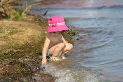 Baby op een strand Stock Afbeelding