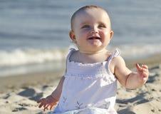 Baby op een strand Royalty-vrije Stock Afbeeldingen
