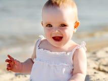 Baby op een strand Stock Foto