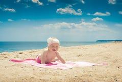 Baby op een strand 3 Stock Foto