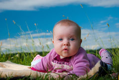 Baby op een tapijt Stock Afbeeldingen