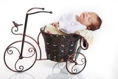 Baby op fiets stock fotografie