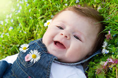 Baby op groen gras Stock Foto's
