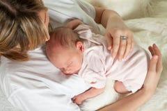 Baby op haar buik Stock Foto