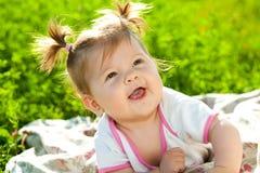 Baby op het gras stock afbeelding