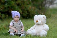 Baby op het gras Stock Afbeeldingen