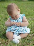 Baby op het gras Stock Foto's
