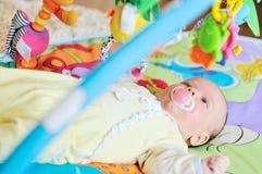 Baby op het tapijt Stock Foto