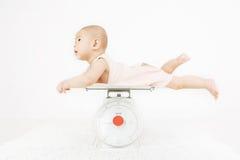 Baby op het wegen schaal Stock Afbeelding