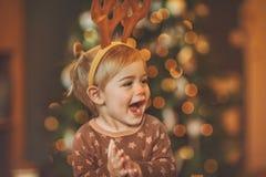 Baby op Kerstmispartij van het jonge geitje royalty-vrije stock afbeeldingen