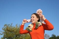 Baby op moeder Stock Afbeeldingen