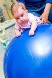 Baby op pilatesbal Stock Foto's