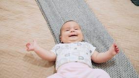 Baby op slecht in de ruimte stock videobeelden