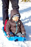 Baby op slee Stock Foto