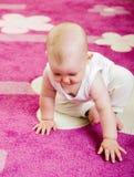 Baby op tapijt Stock Afbeeldingen