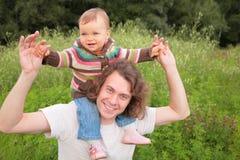 Baby op vader`s schouders stock foto's