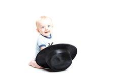 Baby op Wit die in een Zwarte Hoed bereiken royalty-vrije stock foto's