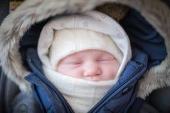Baby in openlucht grappige kleren stock afbeeldingen