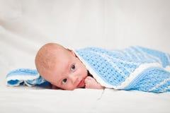 Baby, Oud Van twee maand De naakte twee-maand-oude baby is omvat met een blauwe sluier Royalty-vrije Stock Afbeelding