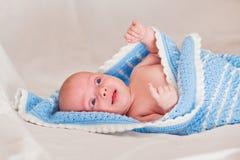 Baby, Oud Van twee maand De naakte twee-maand-oude baby is omvat met een blauwe sluier Royalty-vrije Stock Afbeeldingen