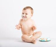 Baby over het Eten van Cake overdreven wordt opgewekt die Stock Foto