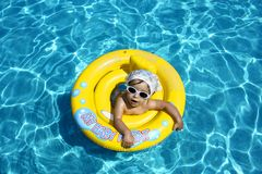 Baby in pool royalty-vrije stock afbeeldingen