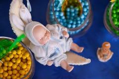 Baby - Puppe, die auf einem sichelförmigen Mond schläft Stockfoto