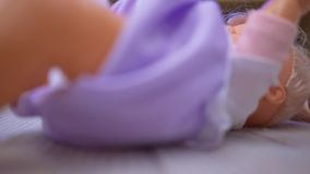 Baby - Puppenabschluß herauf das Lügen auf der Oberfläche stock video