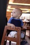 Baby in restaurant Royalty-vrije Stock Afbeeldingen