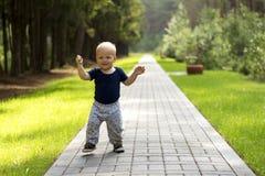 Baby` s eerste stappen De eerste onafhankelijke stappen Leuke jongen op de gang Royalty-vrije Stock Afbeeldingen