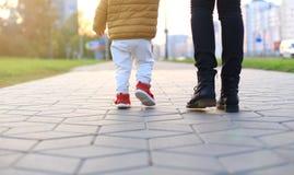Baby` s eerste stappen De eerste onafhankelijke stappen Stock Afbeeldingen