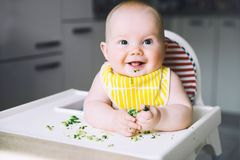 Baby' s eerste te voeden voedsel stock afbeeldingen
