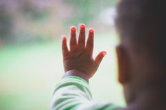 Baby ` s Finger auf Fenster Stockbilder