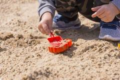 Baby ` s Hände im Sand, Baby, das im Sand spielt Lizenzfreies Stockbild