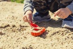 Baby ` s Hände im Sand, Baby, das im Sand spielt Lizenzfreies Stockfoto