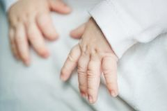 Baby ` s Hände schließen oben Kind, das auf Vati ` s Schulter schläft stockfotografie
