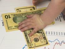 Baby` s hand en geld royalty-vrije stock fotografie