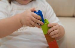 Baby` s handen met de bouw van uitrusting Stock Fotografie