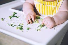 Baby& x27; s pierwszy jedzenie karmić Zdjęcia Royalty Free