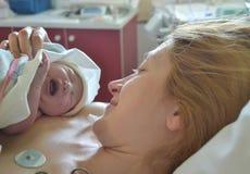 Baby ` s schreien zuerst Mutter und neugeborenes nach Geburt lizenzfreies stockfoto