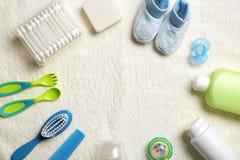 Baby` s toebehoren en schoonheidsmiddelen op stoffenachtergrond, stock foto