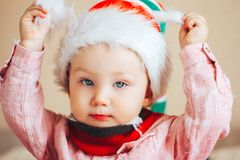Baby in Sankt-Hut, der oben Kameraabschluß betrachtet Stockfotografie