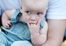 Baby saugen Finger Lizenzfreie Stockfotos